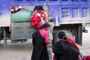 Surmang team distributing heavy blankets in Jyekundo, November 2010